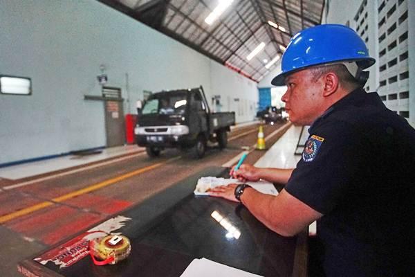 Ilustrasi: Petugas memeriksa kelayakan kendaraan saat uji kendaraan umum di Tempat Uji KIR, Kali Mulya Depok , Jawa Barat, Senin (7/1/18). - ANTARA/Kahfie kamaru