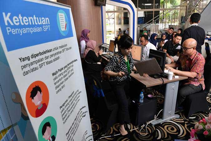 Sejumlah wajib pajak melakukan pelaporan SPT Pajak Tahunan di Kantor KPP Pratama Jakarta Kebayoran Baru I, Jakarta Selatan, Senin (1/4/2019). - ANTARA/Indrianto Eko Suwarso