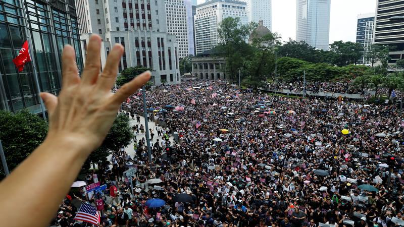 Seorang pemrotes mengangkat lima jari selama rapat umum ke Konsulat Jenderal AS di Hong Kong, China, 8 September 2019. - Reuters