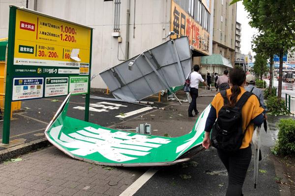 Papan reklame berhampuran diterjang topan Faxai di Distrik Edogawa, Tokyo Senin 9 September 2019. - Reuters/Kiyoshi Takenaka
