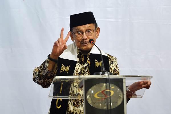Mantan Presiden yang juga Ketua Dewan Kehormatan Ikatan Cendekiawan Muslim se-Indonesia (ICMI) BJ Habibie (kiri) memberikan paparan saat menjadi pembicara kunci pada sarasehan nasional di Jakarta, Senin (21/5/2018). - ANTARA/Wahyu Putro A