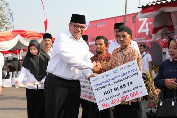 Direktur Utama PT Surveyor Indonesia (Persero), Dian M.Noer menyerahkan bantuan simbolis 2.000 paket sembako murah senilai Rp400 juta untuk masyarakat provinsi kepulauan Bangka Belitung.