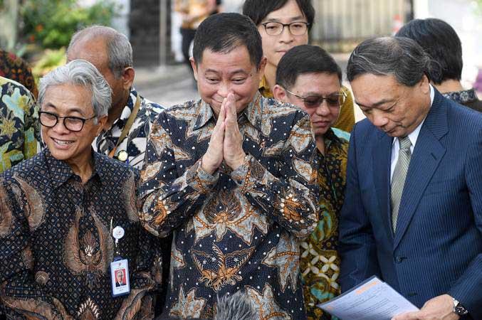 Menteri ESDM Ignasius Jonan (tengah) didampingi Kepala SKK Migas Dwi Sutjipto (kiri) dan CEO Inpex Takayuki Ueda (kanan) memberikan salam usai memberikan keterangan terkait pengelolaan Blok Masela di Jakarta, Selasa (16/7/2019). Pemerintah dan Inpex telah menemui kata sepakat dalam mengelola Blok Masela. - ANTARA/Akbar Nugroho Gumay