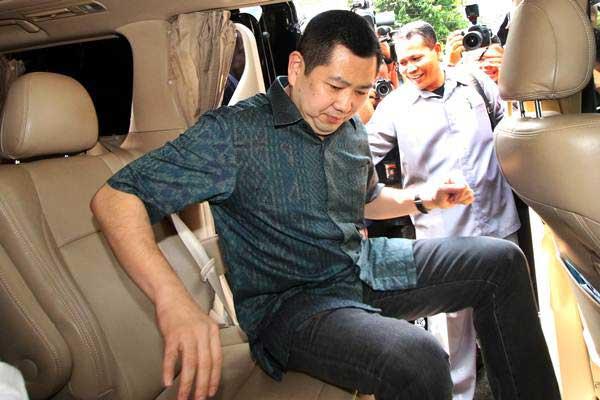 Pemilik MNC Group, Hary Tanoesoedibjo menaiki mobil seusai menjalani pemeriksaan di Direktorat Tindak Pidana Siber, Bareskrim Polri, Jakarta, Senin (12/6). - Antara/Rivan Awal Lingga