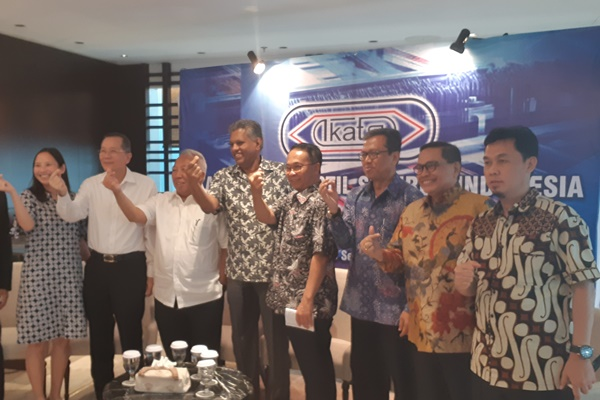 Sejumlah pengurus Ikatan Ahli Tekstil Indonesia (Ikatsi) berpose bersama setelah memberikan keterangan bersama sejumlah asosiasi dan pelaku usaha dari hulu ke hilir industri tekstil dan produk tekstil (TPT) dalam diskusi bertajuk Textiles Media Gathering, Senin (9/9/2019). - Bisnis/Oktaviano DB Hana