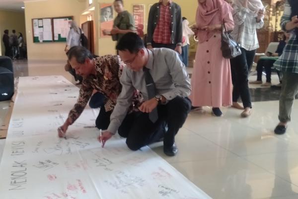 Perwakilan dosen dan mahasiswa Undip menandatangani petisi menolak revisi UU KPK di Fakultas Ilmu Sosial dan Politik Undip Semarang, pada hari Senin 9 September 2019.  - Bisnis/Alif Nazzala Rizqi