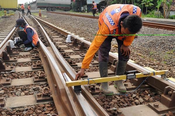 Petugas memeriksa keseimbangan ketinggian rel kereta api di Pekalongan, Jawa Tengah, Kamis (6/4). - Antara/Harviyan Perdana Putra