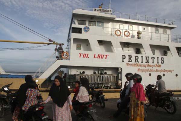 Sejumlah penumpang menunggu keberangkatan Kapal Perintis KM Sabuk Nusantara 35 di Pelabuhan Jetty Meulaboh, Aceh Barat, Aceh, Sabtu (14/10). Kapal itu termasuk dalam program Tol Laut. - Antara/Syifa Yulinnas