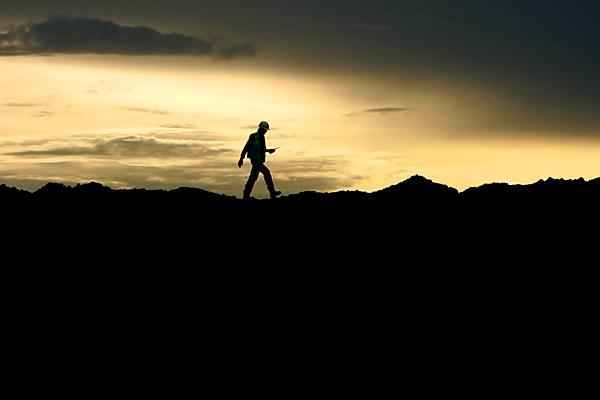 Pekerja berjalan di atas timbunan batu bara, di Asam-asam, Kalimantan Selatan. - Bloomberg/Dadang Tri