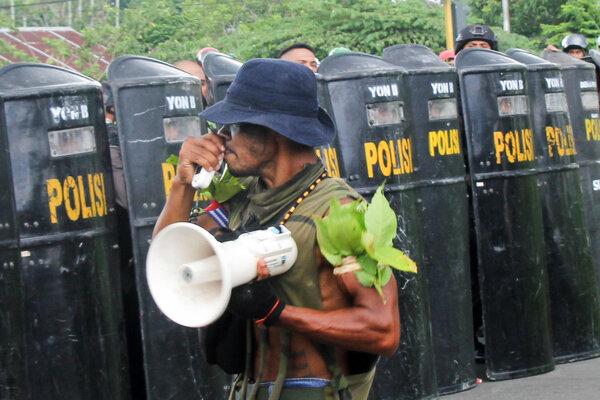 Seorang pengunjuk rasa melakukan aksi dengan pengawalan petugas kepolisian di Manokwari, Papua Barat, Selasa (3/9/2019). Aksi tersebut menyerukan untuk menolak diskriminasi dan rasialisme. - Antara/Tomi