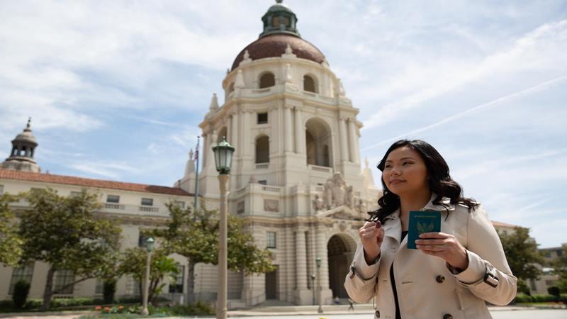 Livi Zheng, sutradara Indonesia di Amerika, Sabtu (13/4/2019), menggunakan hak pilihnya dalam Pemilu 2019, di Konsulat Jenderal Republik Indonesia-Los Angeles (KJRI-LA). - Dok. Pribadi