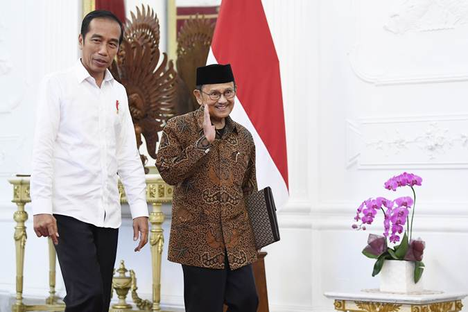 Presiden Joko Widodo (kiri) menyambut Presiden ketiga RI BJ Habibie (kanan) di Istana Merdeka, Jakarta, Jumat (24/5/2019). - ANTARA/Puspa Perwitasari