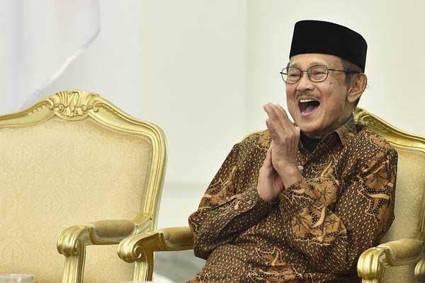 Presiden ke-3 RI sekaligus Ketua Dewan Kehormatan Ikatan Cendekiawan Muslim se-Indonesia (ICMI) BJ Habibie tertawa saat pembukaan Silaturahmi Kerja Nasional (Silaknas) Tahun 2017 di Istana Kepresidenan Bogor, Jakarta, Jumat (8/12). - ANTARA/Puspa Perwitasari