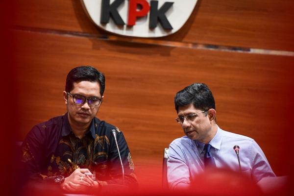 Wakil Ketua KPK Laode Muhammad Syarif (kanan) didampingi juru bicara KPK Febri Diansyah memberikan keterangan pers terkait penetapan tersangka kasus korupsi di gedung KPK, Jakarta, Senin (29/4/2019). - ANTARA FOTO/Hafidz Mubarak