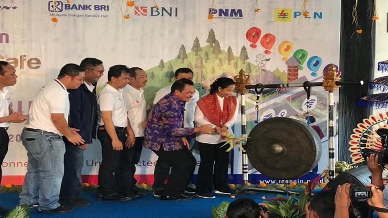 Menteri BUMN Rini Soemarno memukul gong menandai peresmian Ides Cafe di kompleks Digital Village Desa Sedayu Tojan, Klungkung, Bali, Selasa (10/9/2019). JIBI/Bisnis - Arif Budisusilo