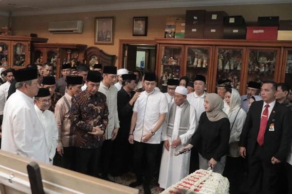 Susilo Bambang Yudhoyono (kiri), BJ Habibie (kedua dari kiri), Presiden Joko Widodo (ketiga dari kiri)berdiri di samping peti jenazah Ani Yudhoyono yang tiba di rumah duka Cikeas pada Sabtu malam 1 Juni 2019 pukul 23.05 WIB. - Bisnis/Akbar Evandio