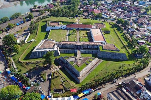 Foto Aerial bangunan Fort Marlborough peninggalan penjajahan Inggris di Bengkulu, Minggu (1/10). Fort Marlborough dibangun oleh East India Company (EIC) tahun 1713-1719 dengan arsitektur menyerupai kura-kura raksasa tersebut adalah peninggalan sejarah penjajahan kolonial Inggris di Bengkulu yang merupakan benteng terbesar di AsiaTenggara. - Antara/David Muharmansyah