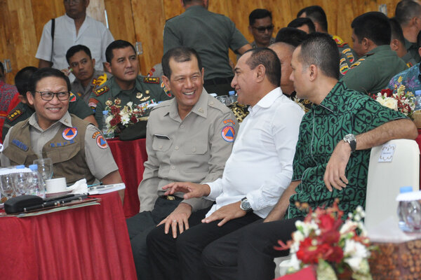 Kepala Badan Nasional Penanggulangan Bencana (BNPB) Letjen TNI Doni Monardo (kedua kiri) didampingi Sekretaris Utama BNBP Harmensyah (kiri) berbincang dengan Gubernur Sumut Edy Rahmayadi (kedua kanan) dan wakil Gubernur Sumut Musa Rajeckshah (kanan) pada rapat koordinasi mitigasi bencana BNPB di Medan, Sumatra Utara, Kamis (8/8/2019). - Antara/Septianda Perdana