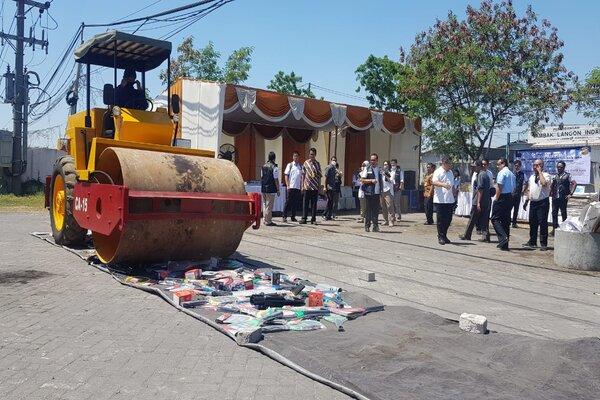 Pemusnahan barang impor ilegal, Selasa (10/9 - 2019).