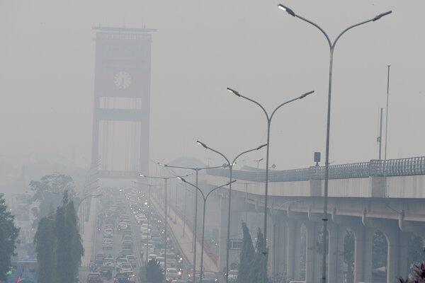 Sejumlah kendaraan melintas di atas Jembatan Ampera yang diselimuti kabut asap di Palembang, Sumatera Selatan, Minggu (8/9/2019). Kabut asap tersebut merupakan dampak dari kebakaran hutan dan lahan yang terjadi di sejumlah Kabupaten dan Kota di Sumatera Selatan. - Antara/Mushaful Imam