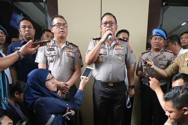 Kapolda Jawa Timur Irjen Pol Luki Hermawan (tengah). - Antara/Didik Suhartono