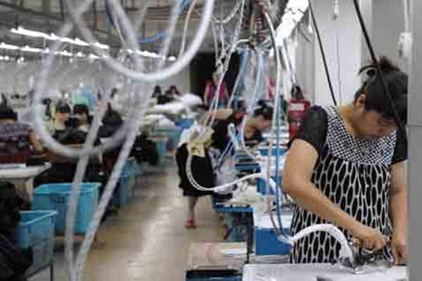 Tenaga kerja asing di sebuah pabrik. - Ilustrasi