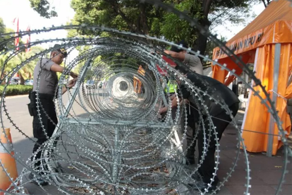 Aparat keamanan dalam menjaga keamanan ini hanya menggunakan tameng guna mengamankan obyek-obyek vital di sepanjang jalan Kota Abepura-Jayapura, yang akan dilewati para demonstran, Kamis 29 Agustus 2019. - Antara/Reno Esnir.