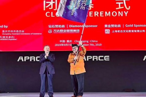 Ketua Umum Asosiasi Pengusaha Ritel Indonesia (Aprindo) Roy N. Mandey menerima secara simbolis penyelenggaraan APRCE ke 20 tahun 2021 yang diserahkan oleh Chairman FAPRA, Tan Sri William H J Cheng di acara APRCE ke 19 tahun 2019 di Chongqing, China (7/9/2019. - dok. Aprindo