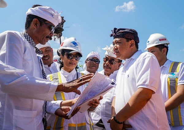 Direktur Utama PT Pelindo III Doso Agung (kedua kanan) dan Menteri BUMN Rini Soemarno (ketiga kiri) saat meninjau proyek pengembangan Pelabuhan Benoa Bali, Selasa (10/9 - 2019). BISNIS