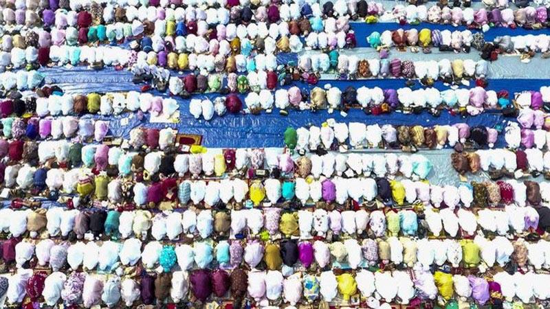 Ratusan umat muslim menunaikan salat Istisqa (minta hujan) di halaman Griya Agung, Palembang, Sumatra Selatan, Selasa (27/8/2019). - Antara/Nova Wahyudi