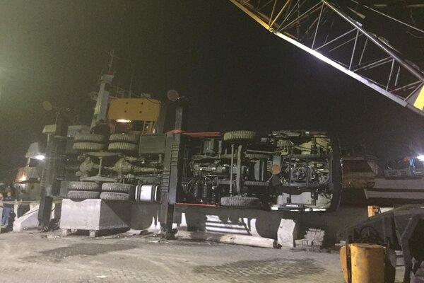 Sebuah mobile crane ambruk di Pelabuhan Tanjung Emas Semarang.