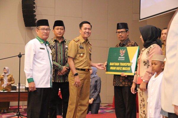 Sekretaris Daerah Kota Palembang Ratu Dewa (ketiga dari kiri) di sela-sela kegiatan Syiar Islam dengan tema Kebangkitan Zakat Menyongsong Emas Darussalam 2023, yang dilaksanakan di The Zuri Hotel, Selasa (10/9/19). - Istimewa