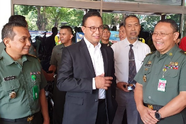 Gubernur DKI Jakarta Anies Baswedan selepas menjenguk Presiden ke-3 RI BJ Habibie - Bisnis/Aziz R