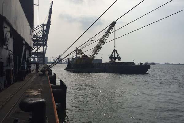 Proses pengerukan untuk pendalaman kolam dermaga Jakarta International Container Terminal (JICT) di Pelabuhan Tanjung Priok, Jakarta pada Rabu (6/9/2017) - Bisnis.com/Akhmad Mabrori