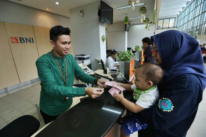 Karyawan melayani nasabah pada operasional terbatas di BNI Cabang Jakarta Kota, Senin (3/6/2019). - Bisnis/Nurul Hidayat
