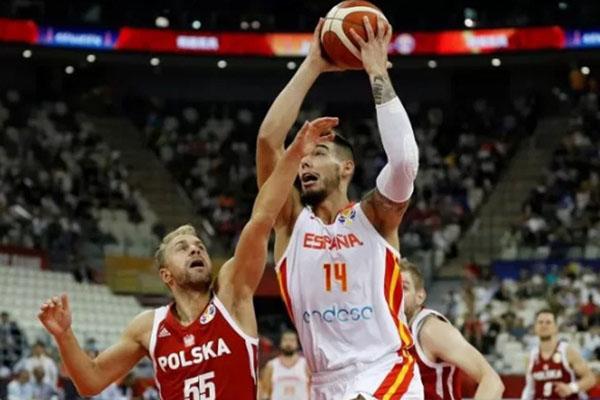 Pebasket Spanyol Willy Hernangomez (kanan) berusaha melewati hadangan pemain Polandia Lukasz Koszarek dalam laga perempat final Piala Dunia Basket 2019 di Shanghai, China, Selasa (10/9/2019). - Reuters/Aly Song