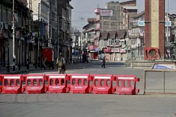 Anggota pasukan keamanan India berpatroli di jalan terbengkalai saat pembatasan menyusul dicabutnya status hukum istimewa untuk Kashmir oleh pemerintah India, di Srinagar, Minggu (8/9/2019). - Reuters