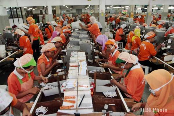 Kegiatan pekerja sebuah pabrik rokok kretek di Kabupaten Bantul, Yogyakarta. - JIBI/Desi Suryanto