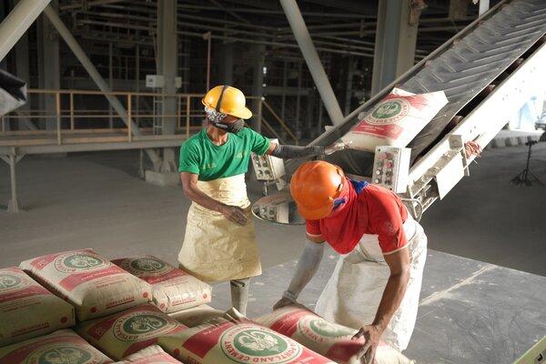 Pegawai PT Semen Baturaja (Persero) Tbk sedang mengemas semen di pabrik perseroan. - Istimewa