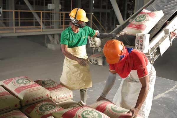 Pekerja PT Semen Baturaja (Persero) Tbk sedang mengemas semen di pabrik perseroan - Istimewa