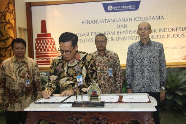 Kepala Kantor Perwakilan BI Jateng, Soekowardojo, saat melakukan penandatanganan progam pemberian beasiswa dengan Universitas Muria Kudus dan Universitas Tidar. - Ist