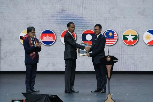 Ketua Umum Persatuan Insinyur Indonesia (PII), Heru Dewanto, dan Presiden Jokowi