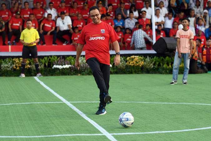 Gubernur DKI Jakarta Anies Baswedan saat melakukan kick off yang menandakan dimulainya pembangunan Jakarta International Stadium di Jakarta, Kamis (14/3/2019). - ANTARA/Akbar Nugroho Gumay