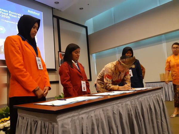 Direktur PT Indofood Sukses Makmur Suaimi Suriady kala menandatangani MoU bantuan dana riset untuk 63 mahasiswa dari 45 universitas di Jakarta, Rabu (11/9/2019). - Bisnis/Iim Fathimah Timorria