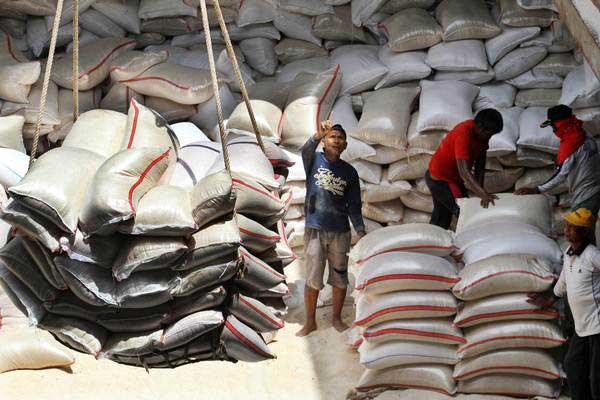 Pekerja membongkar muatan beras Bulog dari kapal, di Pelabuhan Krueng Geukueh, Aceh Utara, Aceh, Rabu (30/8). - ANTARA/Rahmad