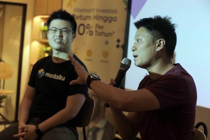 Co Founder dan CEO Modalku Reynold Wijaya (kanan) bersama Co Founder dan COO Modalku Iwan Kurniawan memberikan paparan dalam acara media gathering, di Jakarta, Rabu (3/7/2019). - Bisnis/Felix Jody Kinarwan