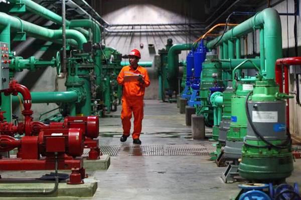 Petugas melakukan pemeriksaan fasilitas Pusat Listrik Tenaga Air (PLTA) Panglima Besar Soedirman PT Indonesia Power Unit Pembangkitan (UP) Mrica di Banjarnegara, Jawa Tengah, Selasa (25/7). - JIBI/Dwi Prasetya