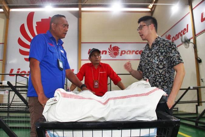 CEO Lion Parcel Farian Kirana (kanan) berdiskusi dengan Komisaris Utama PT Indo Berjaya Logistik, Machreza Pietra Paloh (kiri), usai meresmikan fasilitas Tempat Penimbunan Sementara (TPS) Lion Parcel di kawasan industri Tunas, Batam, Jumat (26/7/2019). - Bisnis/Triawanda Tirta Aditya