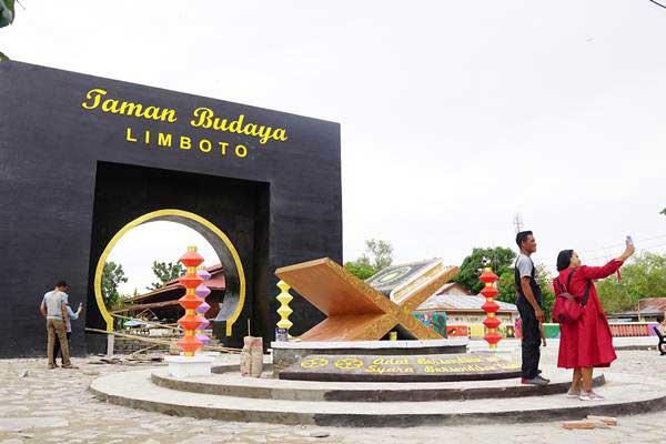 Warga mengunjungi lokasi pembangunan Taman Budaya Limboto di Kabupaten Gorontalo, Gorontalo, Selasa (1/1/2019). - ANTARA FOTO/Adiwinata Solihin