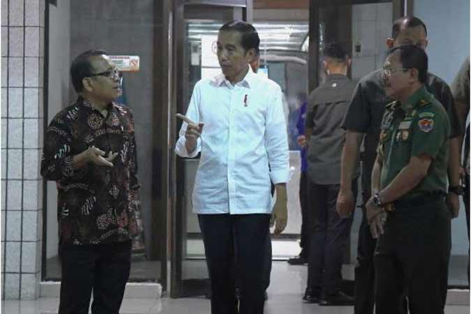 Presiden Jokowi didampingi Mensesneg menjenguk Presiden ke-3 RI, B.J. Habibie, yang sedang dirawat di RSPAD Gatot Subroto, Jakarta, Senin (9 - 9) petang. (Foto: BPMI)